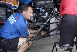 Dreyer & Reinbold crew repair Sarah Fisher's car