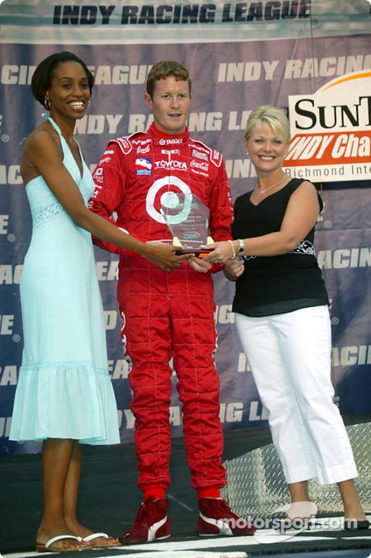 Scott Dixon se voit décerner un prix avant la course