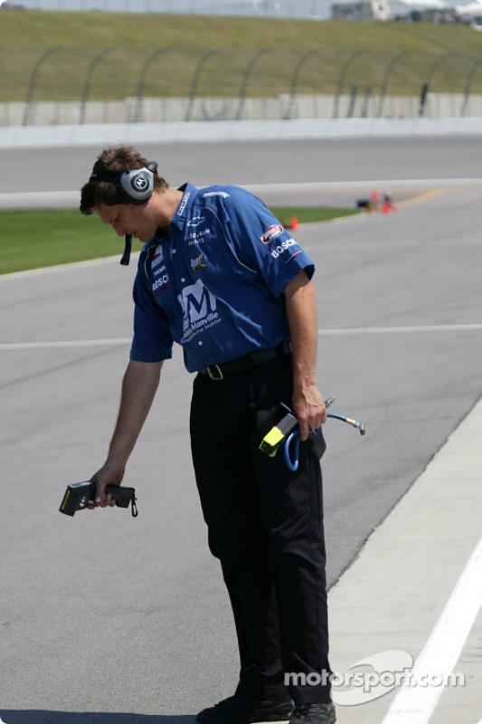 Un membre de l'équipe Dreyer & Reinbold contrôle la température de la piste