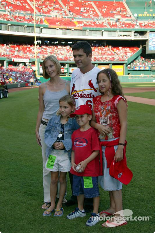 Visite du terrain de baseball des St. Louis Cardinals: Gil de Ferran avec sa famille