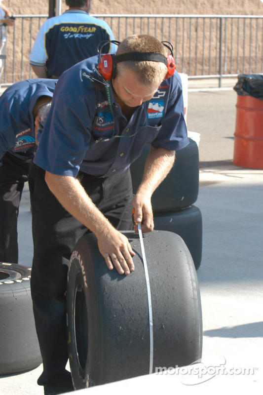 Un mécanicien vérifie l'usure des pneus
