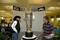 Michael Gaffney inspecte le Borg-Warner Trophy aux côtés du rookie Ed Carpenter