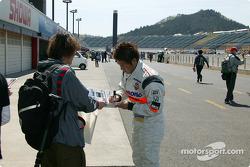 Kosuke Matsuura signs autograph