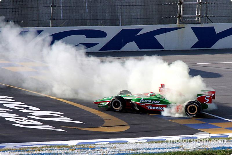 Adrián Fernández humo en los neumáticos