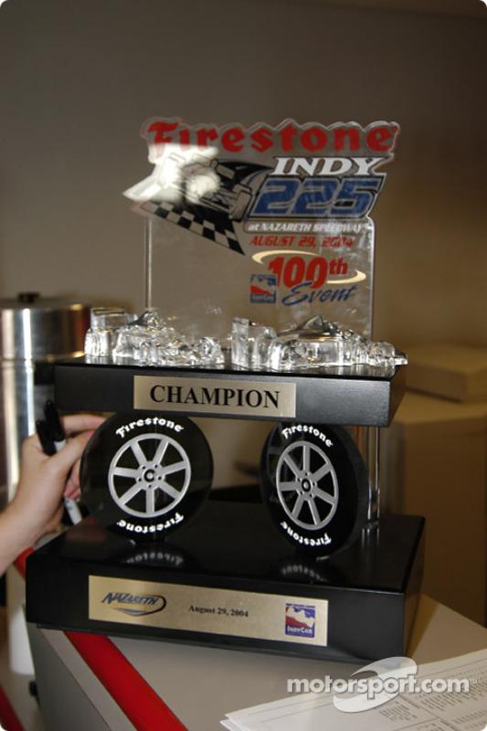 Le trophée du Firestone Indy 225