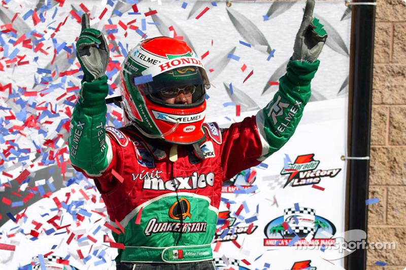 Victory lane: ganador de la carrera que Adrián Fernández celebra