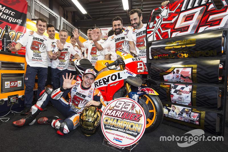 6. Переможець Марк Маркес, Repsol Honda Team святкує чемпіонство разом з командою