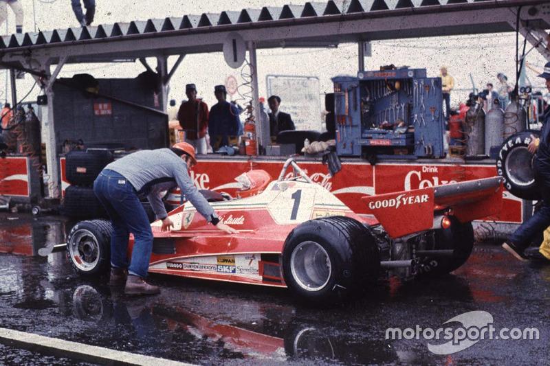 Гонщик Ferrari Ники Лауда оформляет сход с дистанции из-за слишком сильного дождя