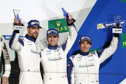 المركز الثالث رقم 78 كاي سي إم جي بورشه 911 آرإس آر: كريستيان ريد، وولف هينزلر، جويل كاماثياس