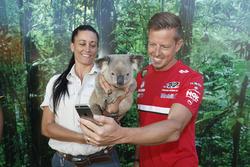 James Courtney koala ile selfie çekiyor