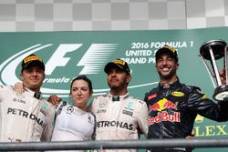 Podium: 1. Lewis Hamilton, Mercedes AMG F1; 2. Nico Rosberg, Mercedes AMG F1; 3. Daniel Ricciardo, Red Bull Racing, mit Victoria Vowles, Mercedes