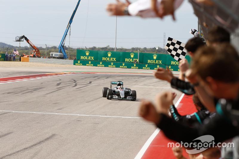 Lewis Hamilton, Mercedes AMG F1 W07 Hybrid se lleva la bandera a cuadros