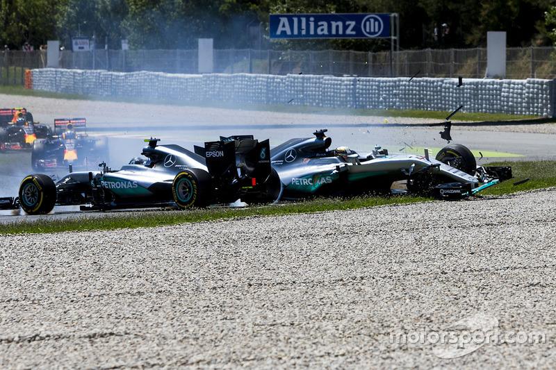 Столкновение на первом круге гонки: пилоты Mercedes AMG F1 Льюис Хэмилтон и Нико Росберг