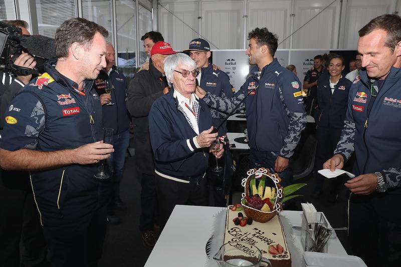 El jefe supremo de la F1 Bernie Ecclestone con un pastel de cumpleaños de parte de Christian Horner, director del equipo Red Bull Racing, Niki Lauda, Presidente no ejecutivo de Mercedes GP, el Dr. Helmut Marko, Red Bull Racing equipo consultor, Toto Wolff,