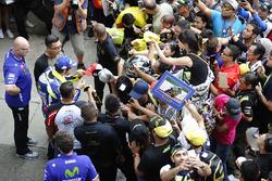 Валентино Россі, Yamaha Factory Racing підписує автографи уболівальникам