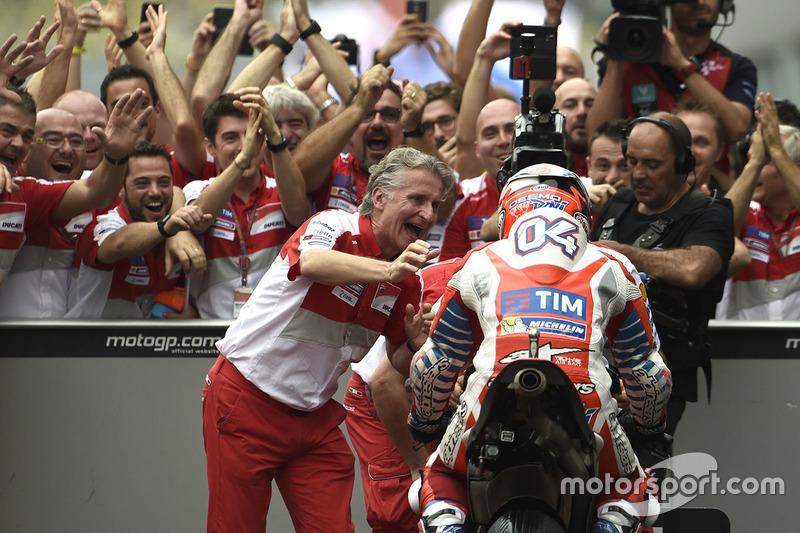 Ganador de la carrera Andrea Dovizioso, Ducati Team, Paolo Ciabatti, Director Deportivo de Ducati Corse