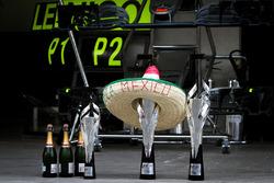 Команда Mercedes AMG F1 празднует дубль