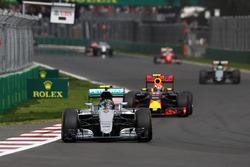 Nico Rosberg, Mercedes AMG F1 W07 Hybrid; Max Verstappen, Red Bull Racing RB12