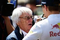 Bernie Ecclestone, con Max Verstappen, Red Bull Racing en la parrilla