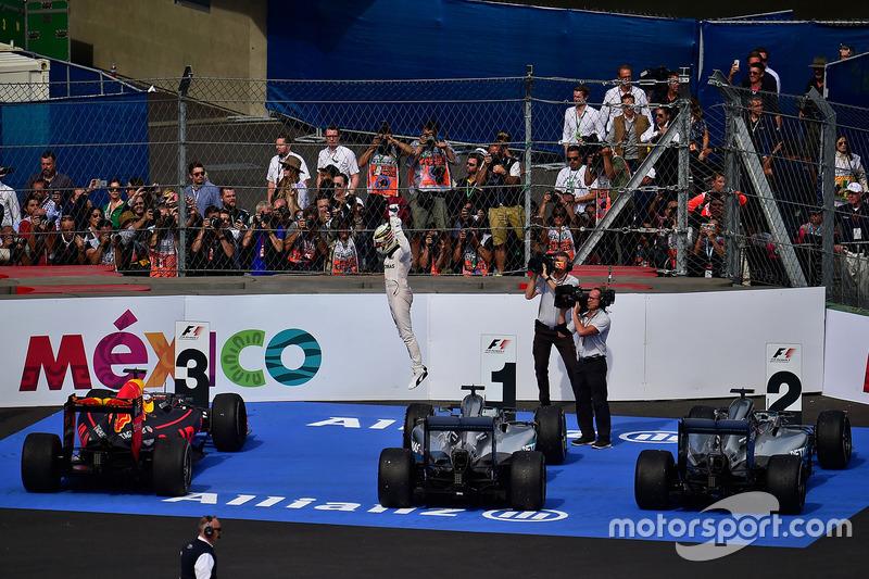 Lewis Hamilton celebra la 17ª victoria de Mercedes en México