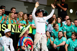 Nico Rosberg, Mercedes AMG F1 and race winner Lewis Hamilton, Mercedes AMG F1 celebrate with the team