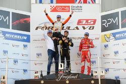 Podium : Le vainqueur et champion Tom Dillmann, AVF; le deuxième Roy Nissany, Lotus; le troisième Pietro Fittipaldi, Fortec Motorsports et Adrian Valles, AVF
