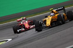 Kimi Raikkonen, Ferrari SF16-H y Jolyon Palmer, Renault Sport F1 Team RS16