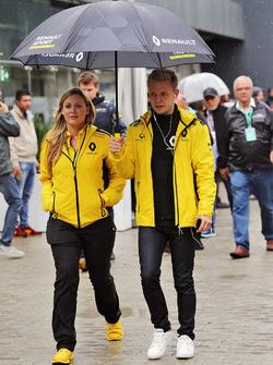 Kevin Magnussen, Renault Sport F1 Team, mit Aurelie Donzelot, Renault Sport F1, Pressesprecherin