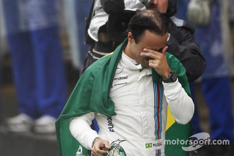 Felipe Massa, Williams, camina con llanto en los ojos y la bandera de Brasil