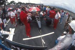 Ron Dennis am Auto von Polesitter Ayrton Senna, McLaren MP4/6 Honda