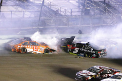 Carl Edwards, Joe Gibbs Racing Toyota, Kasey Kahne, Hendrick Motorsports Chevrolet crash