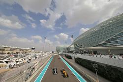 Льюис Хэмилтон, Mercedes AMG F1 W07 Hybrid, и Кевин Магнуссен, Renault Sport F1 RS16