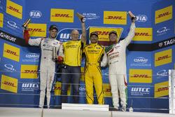 Podium : le vainqueur Gabriele Tarquini, LADA Sport Rosneft, Lada Vesta; le deuxième, Tom Chilton, Sébastien Loeb Racing, Citroën C-Elysée WTCC; le troisième, Rob Huff, Honda Racing Team JAS, Honda Civic WTCC