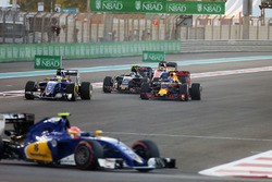 Max Verstappen, Red Bull Racing RB12 en la salida