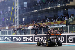 Sergio Perez, Sahara Force India F1 VJM09 passes the team at the end of the race securing fourth position in the Constructors' Championship