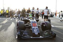 Jenson Button, McLaren arrive sur la grille