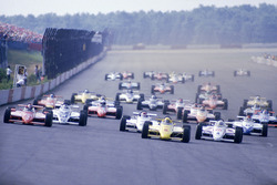 Start: Rick Mears, March 84C Cosworth, führt vor Mario Andretti, Lola T800 Cosworth