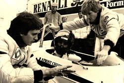 Giorgio Piola avec Eddie Cheever lors des tests avec la Renault RE30B au Paul Ricard en 1982
