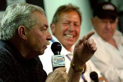 Eski NASCAR Busch Series sürücüleri Tommy Houston, NASCAR Busch Series'in 25. yıl basın toplantısında konuşma yapıyor