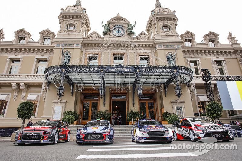 Les voitures alignées devant le Casino