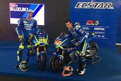 Andrea Iannone y Alex Rins con la Suzuki MotoGP 2017