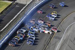Kasey Kahne, Hendrick Motorsports Chevrolet voor Ricky Stenhouse Jr., Roush Fenway Racing Ford en Trevor Bayne, Roush Fenway Racing Ford wreck