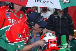 Adrián Fernández fuera de la carrera