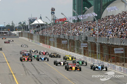 Start: Sébastien Bourdais and Paul Tracy battle for the lead