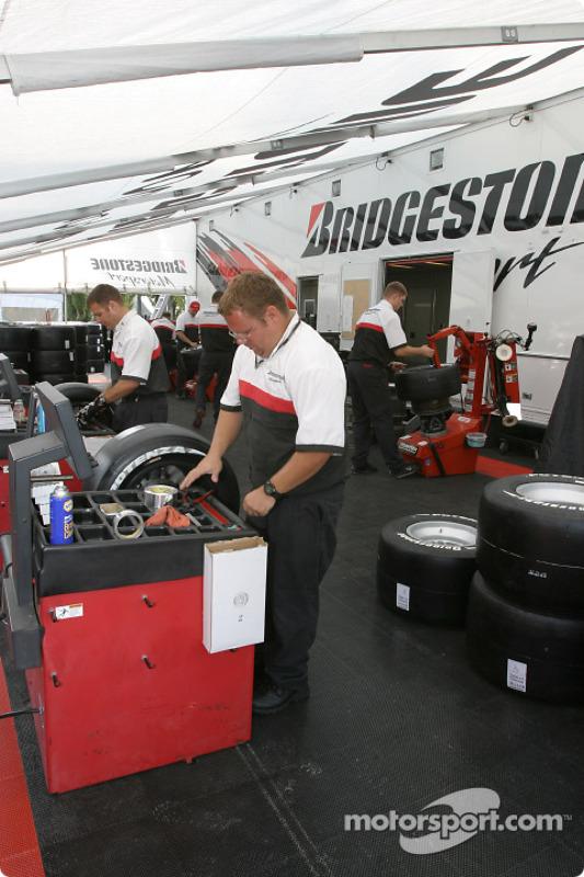 Les membres de l'équipe Bridgestone au travail