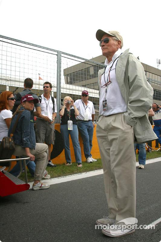 Paul Newman regarde la grille de départ
