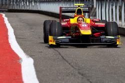 Механик команды Racing Engineering ведет машину Кристиана Вьеториса по пит-лейну