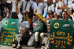 Valtteri Bottas celebrates winning the race and the drivers championship with James Calado and the team
