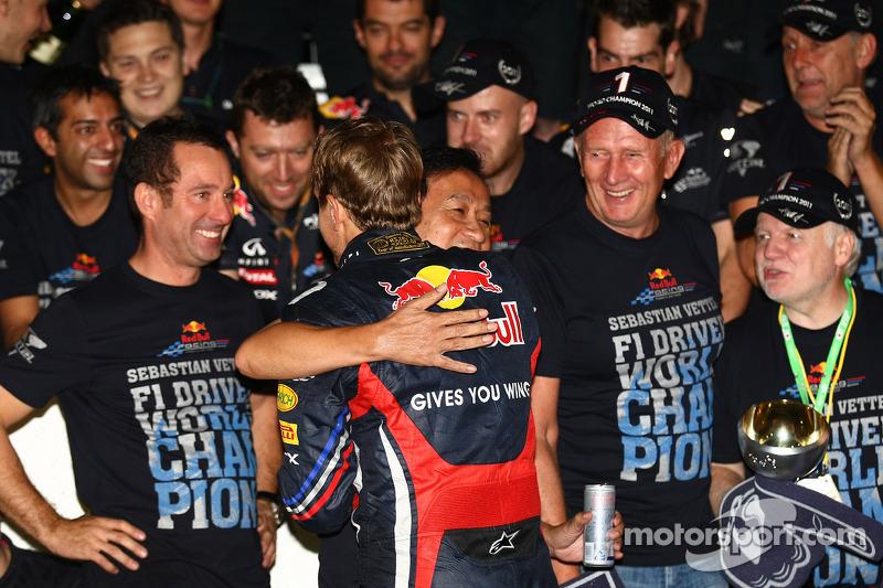 Sebastian Vettel, campeón del mundo de F1 2011, es felicitado