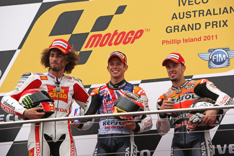 Подіум: переможець гонки Кейсі Стоунер, друге місце Марко Сімончеллі, третє місце Андреа Довіціозо